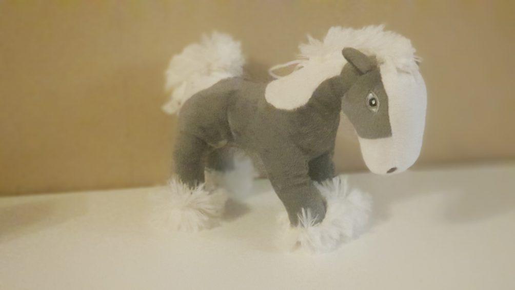 Kuschelpferd in Grau